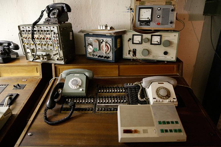 an-dieser-alten-telefonanlage-konnte-die-geheimabteilung-der-ddr-die-stasi-gespraeche-mithoeren-